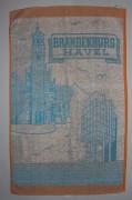 """Handtuch """"Brandenburg/ Havel"""" mit Motiven: Altstädtisches Rathaus und Zielrichterturm der Regattastrecke Beetzsee, Baumwoll-Frottee, um 1969, Sammlung: Stadtmuseum Brandenburg an der Havel"""