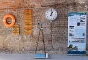 Ausstattungsobjekte, wie Uhr und Fernrohr vom alten Zielrichterturm sowie Länderschilder, 1970/1980er Jahre und Rettungsring der Junioren-WM 1985