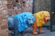 Löwen-Statuen am Eingang zur Johanniskirche, Pappmaché, bemalt, zur Barfußwasserski-WM 2010 gefertigt, Leihgabe: Regattastrecke Beetzsee