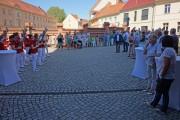 Vor der Johanniskirche versammeln sich die Eröffnungsgäste