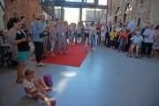 Der rote Teppich - als Bestandteil der Ausstellung – ist für die Besucher ausgerollt