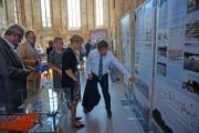 Oberbürgermeister Steffen Scheller erläutert Frau Dr. Martina Münch, Ministerin für Wissenschaft, Forschung und Kultur des Landes Brandenburg auf einem Ausstellungsfoto die heutige Anlage der Regattastrecke